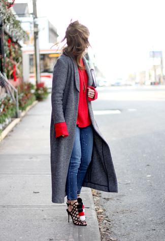 Usa un abrigo gris oscuro y unos vaqueros pitillo azules para crear una apariencia elegante y glamurosa. ¿Te sientes valiente? Completa tu atuendo con sandalias romanas de ante negras.