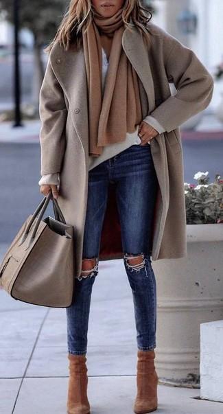 Un abrigo beige y una bufanda marrón claro son una gran fórmula de vestimenta para tener en tu clóset. Un par de botines de ante marrónes se integra perfectamente con diversos looks.