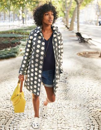 Considera emparejar un abrigo a lunares gris junto a un colgante dorado para conseguir una apariencia glamurosa y elegante. ¿Te sientes valiente? Completa tu atuendo con tenis a lunares blancos.
