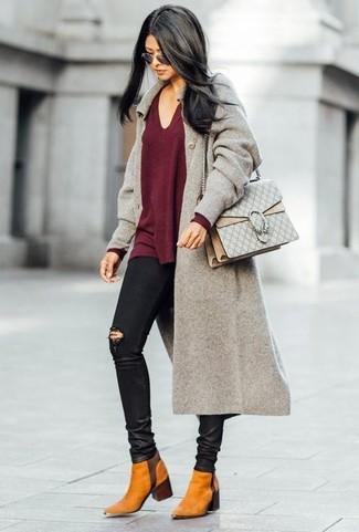 Los días ocupados exigen un atuendo simple aunque elegante, como un abrigo gris y unos vaqueros pitillo desgastados negros de mujeres de Saint Laurent. Este atuendo se complementa perfectamente con botines chelsea de ante en tabaco.
