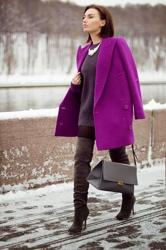 Elige un abrigo morado y un collar plateado para crear un estilo informal elegante. Complementa tu atuendo con botas sobre la rodilla de ante marrón oscuro.