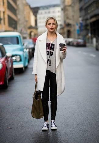 Cómo combinar: abrigo blanco, jersey oversized estampado gris, pantalones pitillo de cuero negros, tenis de lona en negro y blanco