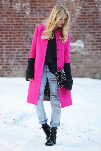 Elige un abrigo rosa y unos vaqueros boyfriend desgastados celestes transmitirán una vibra libre y relajada. ¿Te sientes valiente? Elige un par de botines de cuero negros.