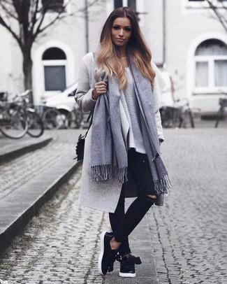 Opta por un abrigo gris y unos vaqueros pitillo desgastados negros para lidiar sin esfuerzo con lo que sea que te traiga el día. Para el calzado ve por el camino informal con zapatillas slip-on de cuero negras.