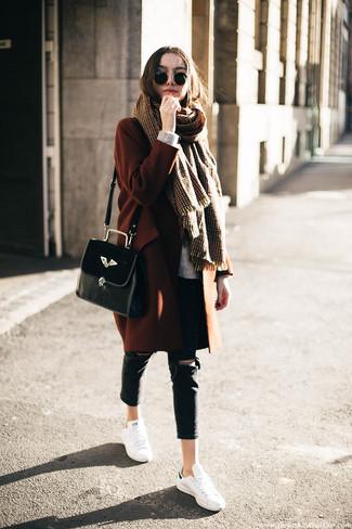 Usa un abrigo tabaco y unos vaqueros pitillo desgastados negros para una vestimenta cómoda que queda muy bien junta. Tenis de cuero blancos darán un toque desenfadado al conjunto.