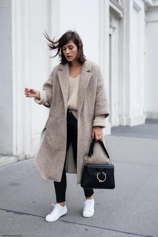 Cómo combinar: abrigo en beige, jersey oversized de punto en beige, vaqueros pitillo negros, tenis de cuero blancos