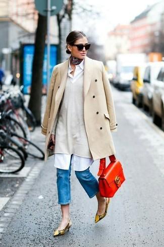 Empareja un abrigo beige junto a una bandana negra para después del trabajo. Este atuendo se complementa perfectamente con zapatos de tacón de cuero de serpiente marrón claro.