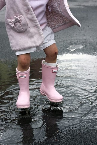 Cómo combinar: abrigo rosado, jersey rosado, pantalones cortos blancos, botas de lluvia rosadas