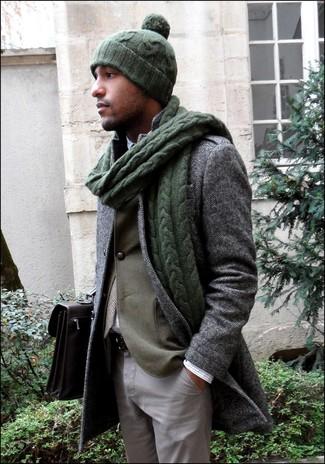 Perfecciona el look casual elegante en un blazer verde oliva y un pantalón chino gris.