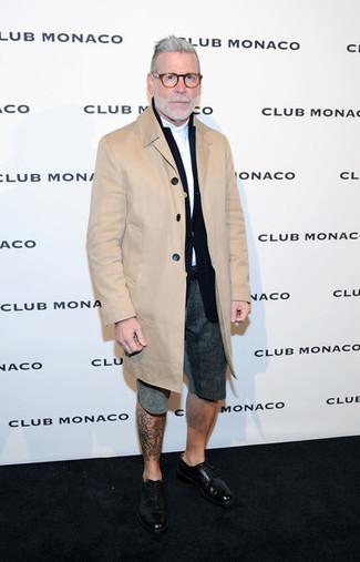 Look de Nick Wooster: Abrigo largo marrón claro, Blazer negro, Camisa de manga larga blanca, Pantalones cortos en gris oscuro