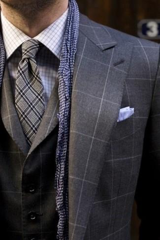 Cómo combinar: abrigo largo de tartán en gris oscuro, blazer de tartán en gris oscuro, camisa de vestir de tartán en blanco y azul, corbata de tartán gris
