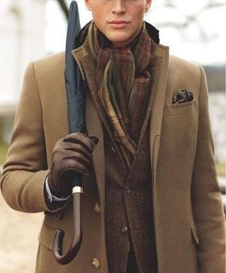 Accede a un refinado y elegante estilo con un abrigo largo y un blazer marrón oscuro.