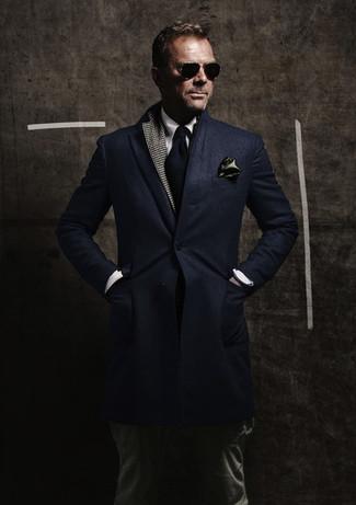 Cómo combinar: abrigo largo azul marino, blazer de pata de gallo en gris oscuro, camisa de vestir blanca, pantalón cargo verde oscuro
