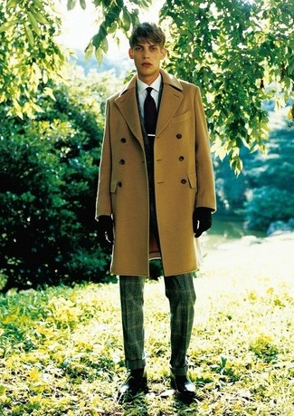 Cómo combinar: abrigo largo marrón claro, blazer de tartán en gris oscuro, camisa de vestir blanca, pantalón de vestir de tartán en gris oscuro