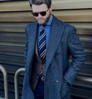 Cómo combinar: abrigo largo azul marino, blazer de lana en marrón oscuro, camisa de vestir de cambray azul, pantalón de vestir azul marino