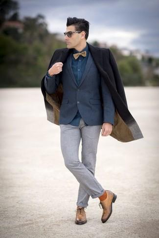 Cómo combinar: abrigo largo negro, blazer de lana azul marino, camisa de vestir en verde azulado, pantalón de vestir de lana gris