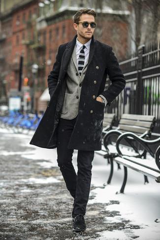 Cómo combinar: abrigo largo negro, blazer de lana gris, camisa de vestir blanca, pantalón chino negro