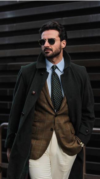 Cómo combinar: abrigo largo negro, blazer a cuadros marrón, camisa de vestir celeste, pantalón de vestir en beige