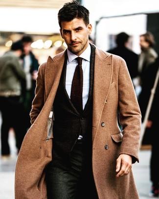 Cómo combinar: abrigo largo marrón claro, blazer en marrón oscuro, camisa de vestir blanca, pantalón de vestir en gris oscuro