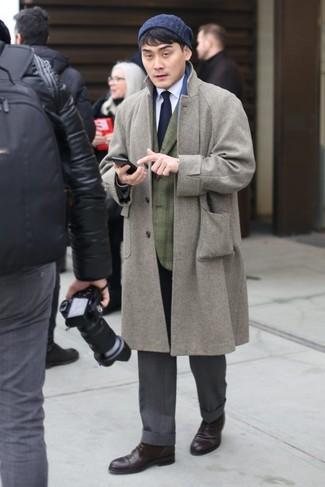 Cómo combinar: abrigo largo gris, blazer de tartán verde oliva, camisa de vestir blanca, pantalón de vestir gris