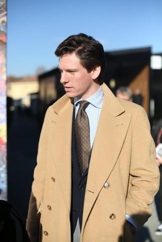 Cómo combinar: abrigo largo marrón claro, blazer negro, camisa de vestir de rayas verticales celeste, pantalón de vestir gris