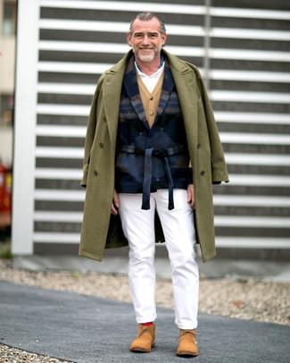 Cómo combinar: abrigo largo verde oliva, blazer de lana estampado azul marino, cárdigan marrón claro, camisa polo blanca