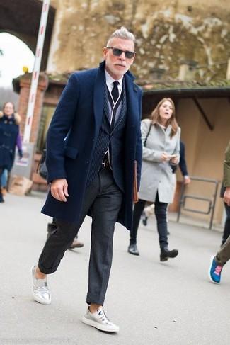 Cómo combinar: abrigo largo azul marino, blazer de rayas verticales azul marino, cárdigan gris, camisa de vestir blanca