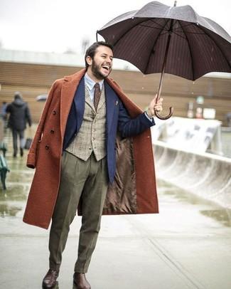 Cómo combinar: abrigo largo en tabaco, blazer de lana azul marino, chaleco de vestir de cuadro vichy marrón, camisa de vestir celeste