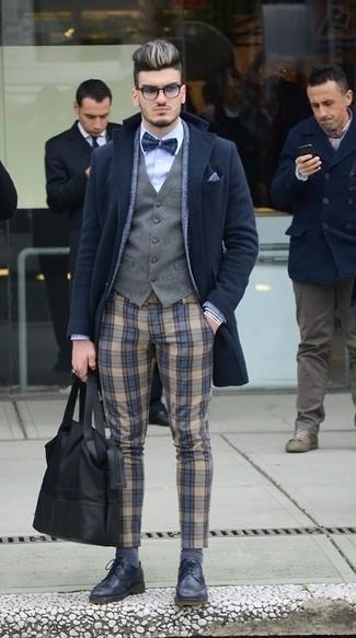 Considera ponerse un abrigo largo negro de Tommy Hilfiger y un pantalón de vestir de lana de tartán marrón claro para un perfil clásico y refinado. ¿Quieres elegir un zapato informal? Completa tu atuendo con zapatos derby de cuero negros para el día.