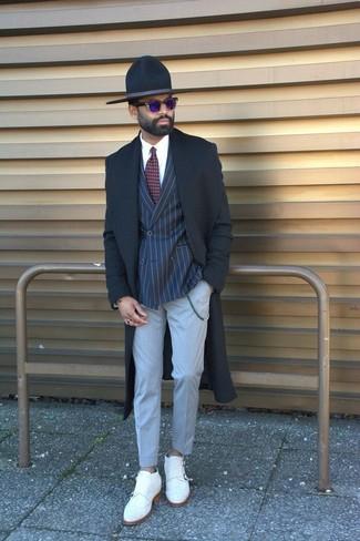 Cómo combinar: abrigo largo negro, blazer cruzado de rayas verticales azul marino, camisa de vestir blanca, pantalón de vestir gris