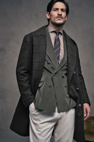 Cómo combinar: abrigo largo de tartán negro, blazer cruzado de pana verde oliva, camisa de vestir marrón claro, vaqueros de pana en beige