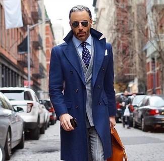 Cómo combinar: abrigo largo azul marino, blazer cruzado de rayas verticales gris, camisa de vestir celeste, pantalón de vestir de rayas verticales gris