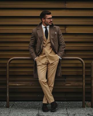 Cómo combinar: abrigo largo de tartán marrón, blazer cruzado marrón claro, camisa de vestir blanca, pantalón de vestir marrón claro