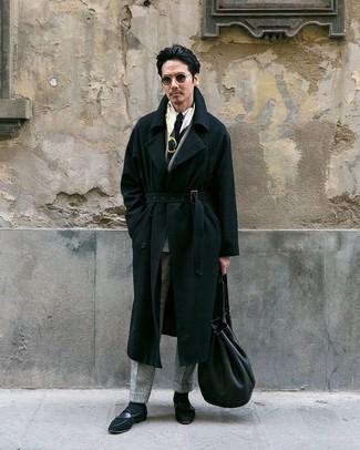 Cómo combinar: abrigo largo negro, blazer cruzado de lana a cuadros gris, camisa de vestir blanca, pantalón de vestir de lana a cuadros gris