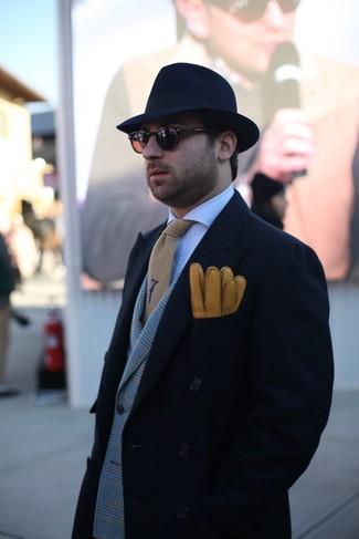 Cómo combinar: abrigo largo negro, blazer cruzado de tartán gris, camisa de vestir a cuadros blanca, sombrero de lana azul marino
