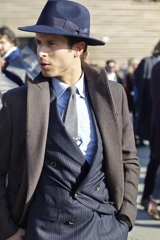 Cómo combinar: abrigo largo en marrón oscuro, blazer cruzado de rayas verticales azul marino, camisa de vestir blanca, sombrero de lana azul marino