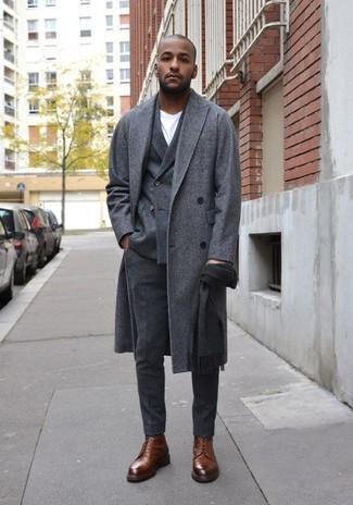 Elige un blazer cruzado de lana en gris oscuro y un pantalón de vestir de lana gris oscuro para una apariencia clásica y elegante. Botas formales de cuero marrónes resaltaran una combinación tan clásico.
