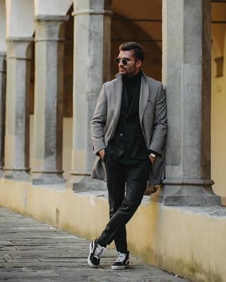 Cómo combinar: abrigo largo de pata de gallo en negro y blanco, blazer cruzado negro, jersey de cuello alto negro, pantalón de vestir negro