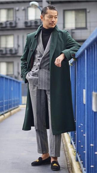Cómo combinar: abrigo largo verde oscuro, blazer cruzado de rayas verticales gris, jersey de cuello alto negro, pantalón de vestir de rayas verticales gris