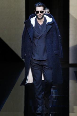 Cómo combinar: abrigo largo azul marino, blazer cruzado de lana azul marino, jersey de pico de grecas alpinos azul marino, pantalón de vestir de lana azul marino