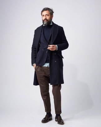 Considera ponerse un abrigo largo azul marino de hombres de Tommy Hilfiger y un pantalón chino marrón oscuro para las 8 horas. Este atuendo se complementa perfectamente con mocasín con borlas de cuero marrón oscuro.