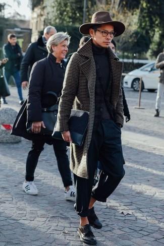 Cómo combinar: abrigo largo de cuadro vichy en marrón oscuro, blazer de lana de tartán en gris oscuro, jersey de cuello alto en gris oscuro, pantalón chino azul marino