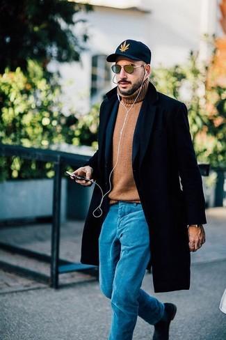 Cómo combinar: abrigo largo negro, blazer de lana azul marino, jersey de cuello alto de lana marrón claro, pantalón chino en turquesa