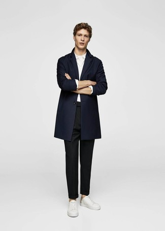 Elige un abrigo largo azul marino y un pantalón chino negro para el after office. ¿Por qué no añadir tenis de cuero blancos a la combinación para dar una sensación más relajada?