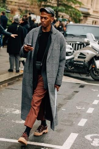 Cómo combinar: abrigo largo de tartán gris, camisa de manga larga negra, camiseta con cuello circular negra, pantalón de vestir en tabaco
