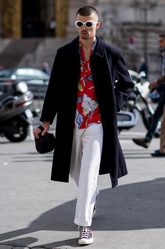 Cómo combinar: abrigo largo negro, camisa de manga larga estampada roja, pantalón chino blanco, zapatillas altas azul marino