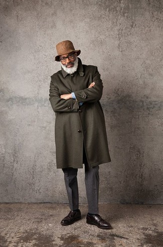 Cómo combinar: abrigo largo verde oliva, camisa de manga larga celeste, pantalón de vestir de lana en gris oscuro, zapatos derby de cuero en marrón oscuro