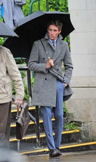 Cómo combinar: abrigo largo de espiguilla gris, camisa de vestir celeste, pantalón de vestir azul, zapatos oxford de cuero en marrón oscuro