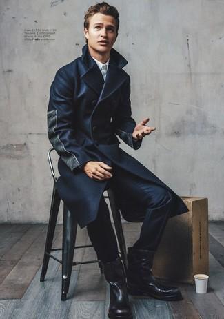 Luce lo mejor que puedas en un abrigo largo azul marino de Tommy Hilfiger y un pantalón de vestir azul marino. Botas de caña alta de cuero negras darán un toque desenfadado al conjunto.
