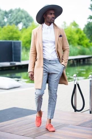 Cómo combinar: abrigo largo en beige, camisa de vestir blanca, pantalón de vestir de tartán gris, náuticos de ante rojos